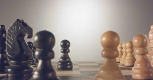 移动在棋盘的棋子之间的特别跟踪的宏观射击 股票视频