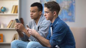 移动智能手机,小配件瘾的非裔美国人和白种人青少年 股票视频