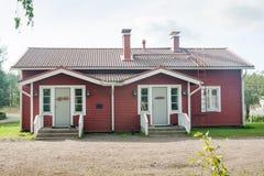 科沃拉,芬兰- 2018年9月20日:安亚拉庄园疆土的美丽的红色老木房子  免版税库存图片