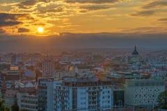 科鲁在日出的市概要从Cetatuia小山在克卢日-纳波卡,罗马尼亚 免版税库存图片