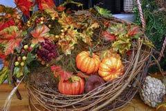 秋天构成用南瓜、叶子和莓果 免版税库存图片