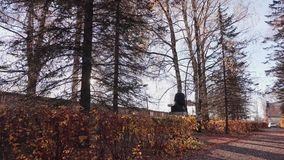 秋天的一个小公园 移动通过公园的照相机的 秋天叶子 股票视频