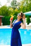 秀丽和假期 在游泳场附近的俏丽的年轻女人 图库摄影