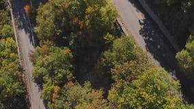 空中射击:山路和海海滨城镇视图在夏天好日子 股票视频