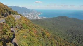 空中射击:山路和海海滨城镇视图在夏天好日子 股票录像