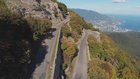 空中射击:山路和海海滨城镇视图在夏天好日子 影视素材