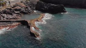 空中射击 圆飞行在海洋的海岸和岩石火山的海岸的一好日子蓝色 股票视频