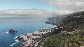 空中射击 蓝色海洋和火山的岸 有蛇纹石和簪子的高山路 岸的一小镇  影视素材