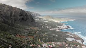空中射击 蓝色海洋和火山的岸 有蛇纹石和簪子的高山路 岸的一小镇  股票视频