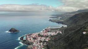空中射击 蓝色海洋和火山的岸 有蛇纹石和簪子的高山路 在基地的城市附近 股票视频