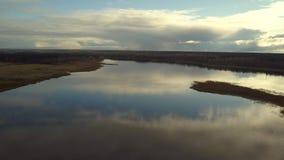 空中早晨寄生虫,令人惊讶的秋天日出,水表面上的反射 影视素材
