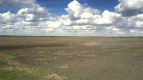 空中绿色春天领域和遥远的拖拉机培养尘土 影视素材