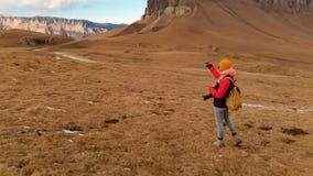 空气视图 有一台照相机的一个旅客女孩在她的脖子上和沿倾斜走山和a背景  影视素材