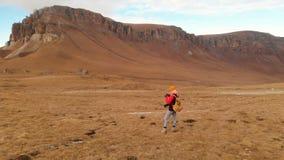 空气视图 有一台照相机的一个旅客女孩在她的脖子上和沿倾斜走山和a背景  股票视频