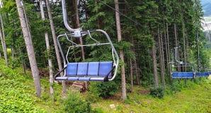 空的滑雪电缆车在喀尔巴阡山脉的夏天 免版税库存图片