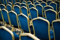 空观众席的戏院 很大数量的蓝色天鹅绒椅子连续 免版税库存照片
