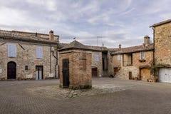 穆尔洛,锡耶纳,托斯卡纳,意大利中世纪村庄的美丽的景色  免版税库存图片