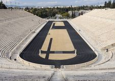 第一奥运会的古老体育场的看法在白色大理石-帕那辛纳克体育场的-在雅典,希腊  库存照片