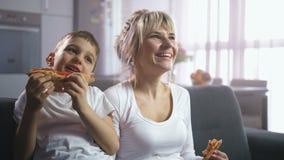 笑,吃比萨和观看动画片的家庭 影视素材