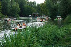 筏骑马在城市公园的湖 图库摄影