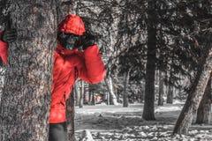 等待一个受害者的可怕的被掩没的人在森林里 免版税库存图片