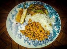 米用豆和肉在一个典雅的盘 免版税库存图片