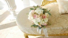 精美白色和奶油色玫瑰,缓慢的mo,假日令人愉快的花束  股票视频