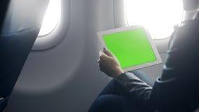 繁忙的夫人在飞机的做网上会议 股票视频