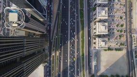 繁忙的未来派高速公路路和现代摩天大楼大厦在迪拜市全景上面空中寄生虫视图 股票录像