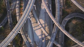 繁忙的有交通水泥连接点桥梁的高速公路多条车路在印象深刻的顶面空中寄生虫全景跨线桥 股票视频