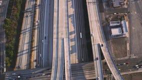 繁忙的有交通水泥连接点桥梁的高速公路路多辆车在使顶面空中寄生虫全景跨线桥惊奇 股票录像