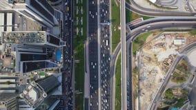 繁忙的高速公路路美好的顶面空中寄生虫全景和现代迪拜的未来派建筑学 股票视频