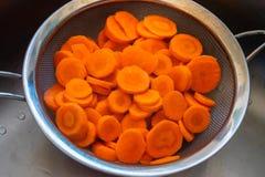 红萝卜在筛子切开了 免版税库存图片
