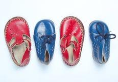红色皮革婴孩凉鞋和蓝色鞋子 图库摄影