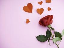 红色玫瑰与有心脏红色纸 库存照片