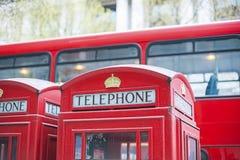 红色电话亭和普式火车在伦敦 免版税库存图片