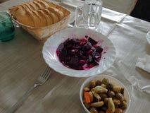 红色甜菜和橄榄用面包在桌上 免版税库存照片