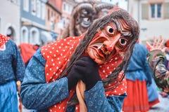 红色蓝色长袍的巫婆有笤帚的 图库摄影