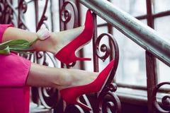 红色鞋子的少女有郁金香的 图库摄影