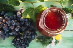 红酒玻璃水瓶与一束葡萄的 免版税库存照片