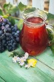 红酒玻璃水瓶与一束葡萄的 库存图片