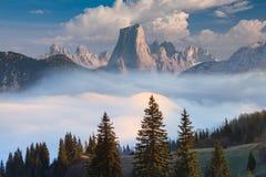 纳兰霍de叫作Picu的Bulnes Urriellu在有雾的早晨在阿斯图里亚斯,西班牙 库存照片
