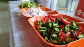 绿色和红色被切的片断辣椒 库存图片