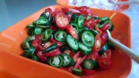 绿色和红色被切的片断辣椒 免版税库存照片