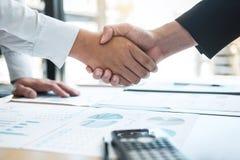 结束交谈在合作以后,两个商人握手在合同约定成为以后伙伴, 免版税库存图片