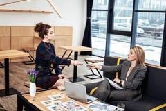 给她的CV的时髦的秘书兴旺的女实业家 免版税图库摄影