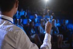 给在观众前面的商人介绍在观众席 免版税图库摄影