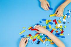 维尔纽斯,立陶宛- 2019年2月23日 儿童手使用与在桌上的五颜六色的lego块 库存图片