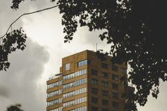 维梅尔多暴风雨的天气的Toren德尔福特上面  形成在它附近的大云彩 免版税库存照片