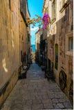 缩小的街道在Korcula 库存图片